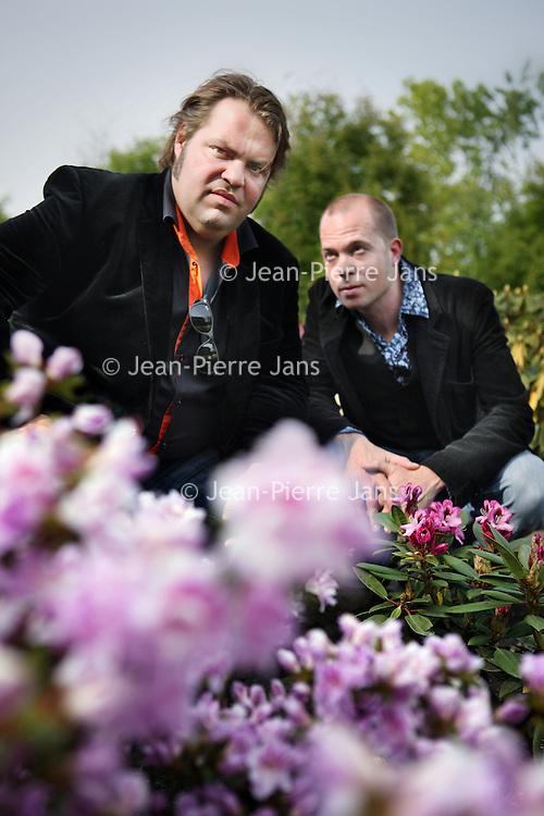 Nederland, Amsterdam , 6 mei 2011..Frank Evenblij (l) en Daan van Rijssel..In 'Je papa is je vader niet' vertelt Frank Evenblij het verhaal van zijn beste vriend Daan, die hij al kent sinds de middelbare school. Daan van Rijssel werd in augustus 1979 geboren als kind van een anonieme spermadonor, maar heeft nooit de behoefte gehad te weten wie zijn biologische vader is. Frank daarentegen had een buitengewoon sterke band met zijn vader tot zijn 16e levensjaar, toen deze plotseling overleed..Foto:Jean-Pierre Jans