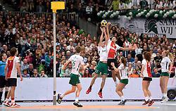 11-04-2015 NED: PKC SWKgroep - TOP Quoratio, Rotterdam<br /> Korfbal Leaguefinale in een volgepakt Ahoy wordt gewonnen door PKC met 22-21 / Olav van Wijngaarden en Paul Anholts in duel