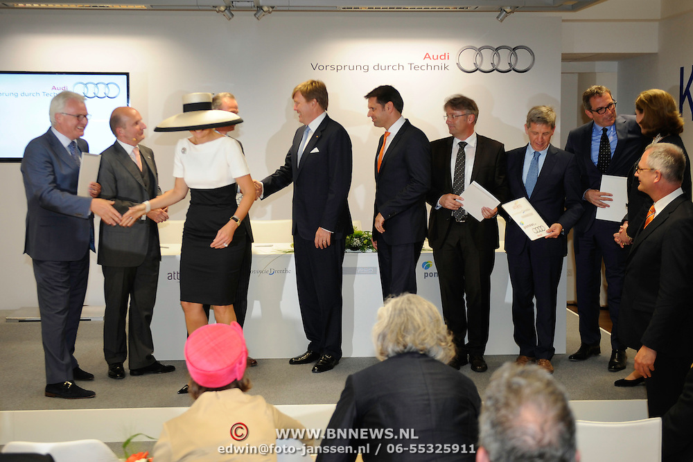 Koning en koningin bezoeken Nedersaksen. In het duitse Werlte krijgt het konuingspaar een rondleiding door het AUDI 3N Kompetenzzentrum<br /> <br /> King and Queen visit Niedersachsen. In the German Werlte the royal couple get a tour of the AUDI 3N Kompetenzzentrum<br /> <br /> Op de foto / On the photo: <br /> <br /> King Willem-Alexander and Peter F. Tropschuh, chief executive of Audi AG and Hermann Pengg and Queen Maxima