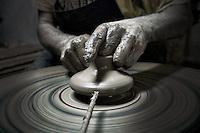 Modellazione al tornio di un vaso di argilla