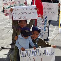 Toluca, Mex.- Manifestación de integrantes del Sindicato Único de Maestros y Académicos del Estado de México (SUMAEM) frente a la cámara de diputados, en petición a la solución del problema de maestros despedidos injustificadamente. Agencia MVT / Rummenige Velasco. (DIGITAL)<br /> <br /> <br /> <br /> NO ARCHIVAR - NO ARCHIVE
