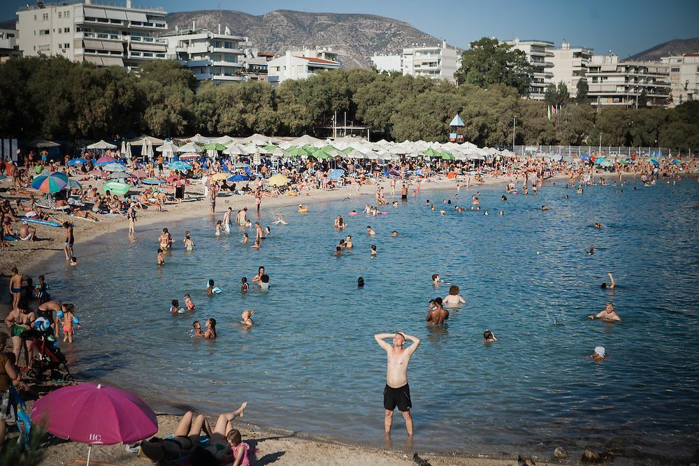 """""""Man muss das Paradoxe aushalten und lernen, das Andererseits im Einerseits mitzuden- ken und umgekehrt: """"Ja"""" und """"Nein"""" – das sind Lager und Schnittmengen zugleich, weil Alexis Tsipras eine Bedrohung ist und eine Hoffnung. Viele Menschen ha- ben sich an die Krise gewöhnt wie an die Sommerhitze, sie ist zu einem Teil ihres Alltags geworden und lähmt das Land. Aber man muss mit ihr zurechtkommen.<br /> """"Europa schuldig zu sprechen wegen seiner angeblichen Austeritätspolitik, ist immer der falsche Ansatz""""<br /> Apostolos Siokas<br /> Vize-Bürgermeister Moschato<br /> Zeiten waren schwierig, die Zeiten sind schwierig und die Zeiten werden schwierig sein. Eben drum aber sehnt man sich zugleich nach einer Katharsis, nach der Bereinigung einer Gegenwart, die nicht vergehen will."""" <br /> <br /> """"Der ewige Marathon""""   Dieter Schnaas   Wirtschaftswoche 29/10.7.2015"""