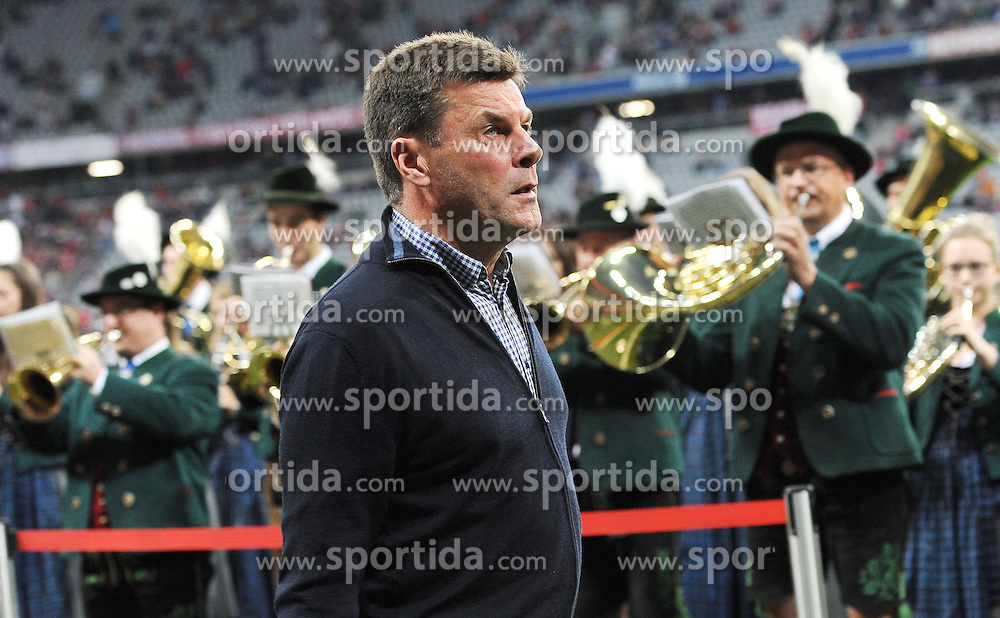 22.09.2015, Allianz Arena, Muenchen, GER, 1. FBL, FC Bayern Muenchen vs VfL Wolfsburg, 6. Runde, im Bild Trainer Dieter Hecking (VfL Wolfsburg) laeuft an einer Musikkapelle in der Allianz Arena vorbei. // during the German Bundesliga 6th round match between FC Bayern Munich and VfL Wolfsburg at the Allianz Arena in Muenchen, Germany on 2015/09/22. EXPA Pictures &copy; 2015, PhotoCredit: EXPA/ Eibner-Pressefoto/ Stuetzle<br /> <br /> *****ATTENTION - OUT of GER*****