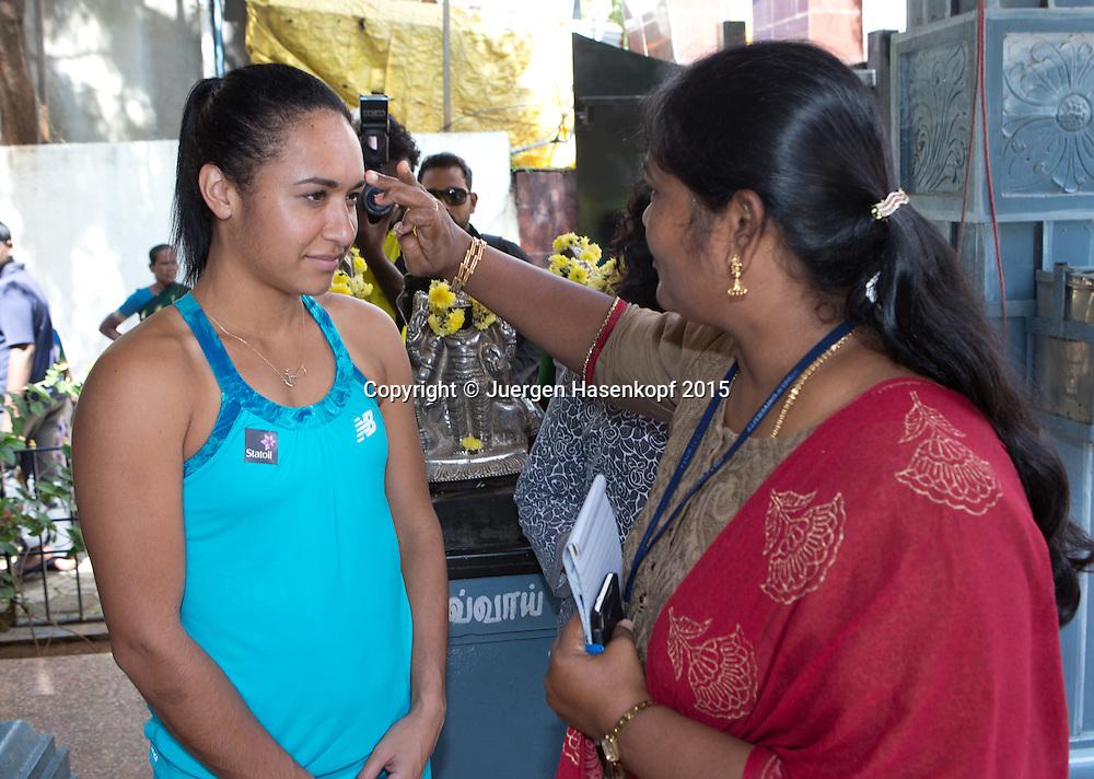 Heather Watson (GBR) wird auf indische Art begruesst, mit einem Bindi auf der Stirn,<br /> Tennis - Champions Tennis League 2015 -  -   - Chennai - Tamil Nadu - India  - 25 November 2015. <br /> &copy; Juergen Hasenkopf