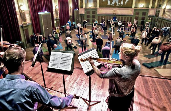 Nederland, Nijmegen, 28-1-2018In concertgebouw de Vereeniging kon men yoga beoefenen met klassieke muziek door leden van het Gelders Orkest .Foto: Flip Franssen