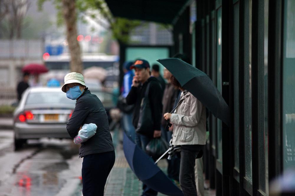 Frau mit einer Gesichtsmaske in der Naehe des Express Bus Terminals im Zentrum der koreanischen Hauptstadt Seoul. <br /> <br /> Woman with a face mask close to the Express Bus Terminal in the city center of the Korean capital Seoul.