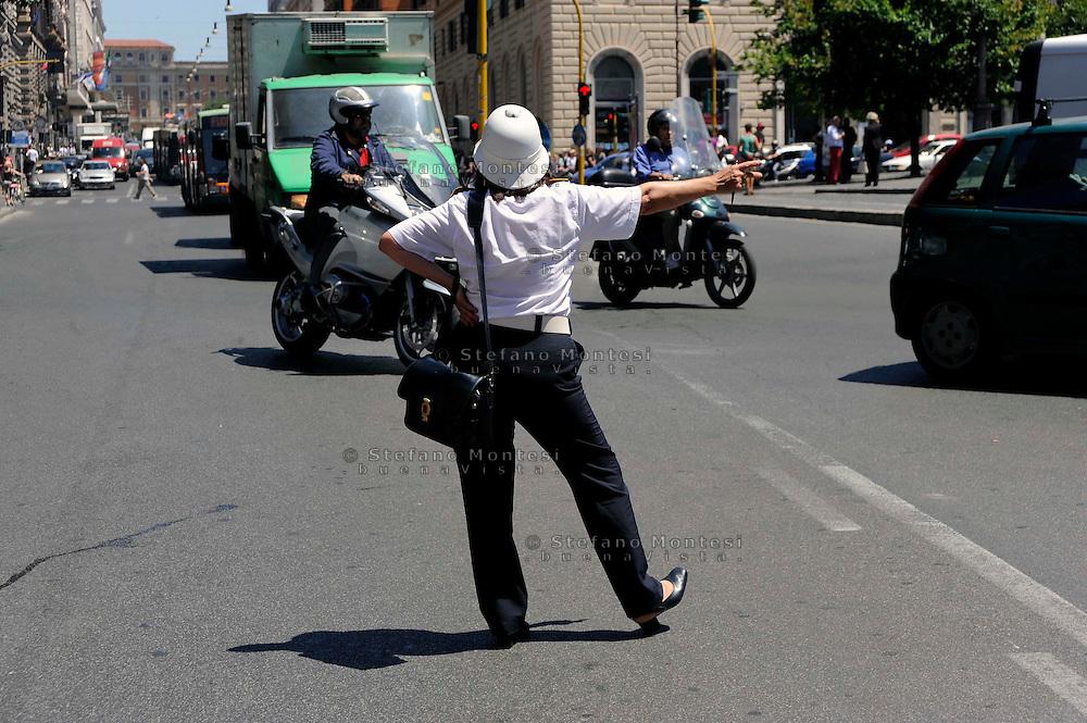 Roma 12 Giugno 2009. Vigilessa della  polizia municipale dirige  il traffico in Via Cavour.Woman police officer directs traffic on Via Cavour