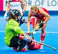 Londen - Alexandra Danson (Eng) met links goalie Hyeon A Hwang (Kor)  tijdens de cross over wedstrijd Engeland-Korea (2-0) bij het WK Hockey 2018 in Londen.    COPYRIGHT KOEN SUYK