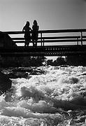 Fjällvandrare vid en fors i Lappland
