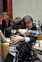 """Nederland. Den Haag, 27 oktober 2010.<br /> De Tweede Kamer debatteert over de regeringsverklaring van het kabinet Rutte.<br /> Einde debat, 23.30 uur. Kamerleden felicieren de bewindspersonen in vak K. Rutte omarmt cda """" dissident """" Kathleen Ferrier.. <br /> Kabinet Rutte, regeringsverklaring, tweede kamer, politiek, democratie. regeerakkoord, gedoogsteun, minderheidskabinet, eerste kabinet Rutte, Rutte1, Rutte I, debat, parlement<br /> Foto Martijn Beekman"""