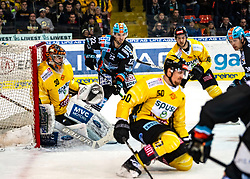 03.01.2020, Keine Sorgen Eisarena, Linz, AUT, EBEL, EHC Liwest Black Wings Linz vs Vienna Capitals, 35. Runde, im Bild v.l. Tormann Matthias Tschrepitsch (Vienna Capitals), Hunter Fejes (EHC Liwest Black Wings Linz), Mario Fischer (spusu Vienna Capitals), Marc-Andre Dorion (spusu Vienna Capitals), Justin Florek (EHC Liwest Black Wings Linz) // during the Erste Bank Eishockey League 35th round match between EHC Liwest Black Wings Linz and Vienna Capitals at the Keine Sorgen Eisarena in Linz, Austria on 2020/01/03. EXPA Pictures © 2019, PhotoCredit: EXPA/ Reinhard Eisenbauer