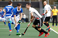 AMSTELVEEN - Hockey - Hoofdklasse competitie heren. AMSTERDAM-KAMPONG (2-2). Nicki Leijs (A'dam)   met Lars Balk (Kampong)  COPYRIGHT KOEN SUYK