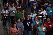 """Jóvenes de colegios católicos, religiosos y personas de las organizaciones sociales marchan Saturday March 25, 2017 en la """"Marcha de los Farolillos"""" conmemorativa al XXXVII Aniversario de la muerte de Monseñor Orcar Arnulfo Romero. Photo: Edgar ROMERO/Imagenes Libres."""