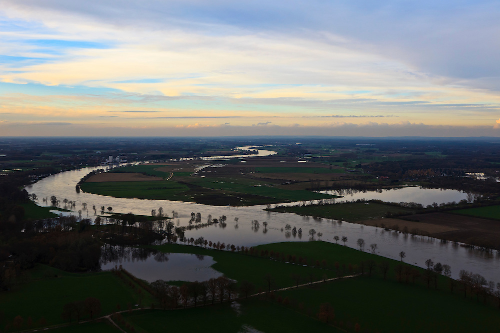 Nederland, Limburg, Well, 15-11-2010; Maashaven en hoogwater, gezien naar het Noorden, met rechts watersportgebied 't Leukemeer ..High water, towards the North and water area 't Leukermeer(r)..luchtfoto (toeslag), aerial photo (additional fee required).foto/photo Siebe Swart