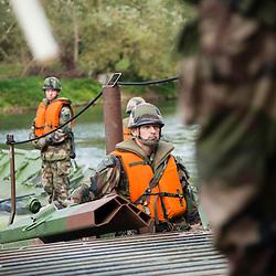 Exercice Ardennes 2013 réalisé par le 3ème Régiment du Génie de l'Armée de Terre à Charleville Mézières. Préparation opérationnelle des sapeurs du 3eRG dans le cadre d'un exercice d'ampleur avec mise en oeuvre des moyens et techniques spécifiques au Génie tels que les ponts flottants motorisés (PFM).<br /> Septembre 2013 / Charleville-Mézières / Ardennes(08) / FRANCE