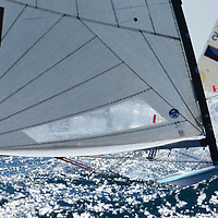 EUROPEAN FINN CHAMPIONSHIP 2017 <br /> Des conditions de vent et de lumi&eacute;re compl&eacute;tement incroyable hier <br /> sur le cercle du championnat d europe de Finn , dans la brise ils frisent la limite , un spectacle dantesque ... <br /> <br /> Pilote Yannick Long<br /> LOCALANQUE<br /> Un Finn est un d&eacute;riveur monotype de comp&eacute;tition, gr&eacute;&eacute; en catboat (ou cat-boat), dont la grand-voile est envergu&eacute;e sur un m&acirc;t pivotant.<br /> Le Finn a &eacute;t&eacute; con&ccedil;u en Su&egrave;de en 1949, par le r&eacute;gatier et architecte naval Rickard Sarby qui &eacute;tait aussi &eacute;ducateur pour enfants handicap&eacute;s.<br /> D&egrave;s 1952, il a &eacute;t&eacute; promu s&eacute;rie olympique lors des Jeux olympiques d'Helsinki (Finlande). C'est une s&eacute;rie internationale.<br /> Il se barre en solitaire. C'est un bateau tr&egrave;s sportif, l&eacute;ger, maniable et rapide. Il n&eacute;cessite un barreur pesant de pr&eacute;f&eacute;rence 100 kg et plus mais surtout grand et athl&eacute;tique, pour fournir le couple de rappel maximum.<br /> Il se reconna&icirc;t de loin &agrave; son m&acirc;t arqu&eacute; vers l'arri&egrave;re. En dehors des chercheurs d'or des Jeux olympiques, il reste tr&egrave;s pratiqu&eacute; par les purs amateurs. C'est ainsi que 253 concurrents se sont pr&eacute;sent&eacute;s au dernier championnat du monde v&eacute;t&eacute;ran &agrave; Medemblick<br /> Un des plus fameux champions de Finn est le danois Paul Elvstr&oslash;m, plusieurs fois m&eacute;daill&eacute; d'or aux Jeux olympiques.<br /> Trois Fran&ccedil;ais se sont distingu&eacute;s aux Jeux olympiques : Serge Maury a remport&eacute; la m&eacute;daille d'or en Finn aux JO de 1972 &agrave; Kiel en Allemagne, Guillaume Florent la m&eacute;daille de bronze aux JO de 2008 &agrave; P&eacute;kin et Jonathan Lobert qui a arrach&eacute; le bronze le 5 ao&ucirc;t 2012 &agrave; Weymouth (Londres), gr&acirc;ce &agrave; sa victoire dans la cours