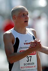 15-04-2007 ATLETIEK: FORTIS MARATHON: ROTTERDAM<br /> In Rotterdam werd zondag de 27e editie van de Marathon gehouden. De marathon werd rond de klok van 2 stilgelegd wegens de hitte en het grote aantal uitvallers / Ronald Schroer <br /> ©2007-WWW.FOTOHOOGENDOORN.NL