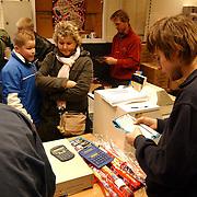 Lange rij voor de winkel vuurwerkverkoop rijwielhandel Bout Huizen, mensen, wachten, bestelling, actie, toonbank, verkoop, balie,