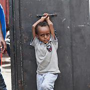 Quasi 800 profughi di cui più di 100 bambini vengono ospitati nella struttura di accoglienza Baobab di Via Cupa a Roma. La struttura può accogliere circa 220 migranti. Semplici cittadini e il gruppo SEL hanno raccolto generi alimentari da distribuire agli all'interno della struttura. Un bambino fuori dall'ingresso del Centro Baobab.