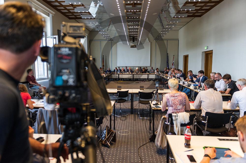 Blick in die Sondersitzung des Innenausschuss zur Rigaer Stra&szlig;e 94 am 21.07.2016 in Berlin, Deutschland. Im Abgeordnetenhaus tagt der Ausschuss für Inneres, Sicherheit und Ordnung zu einer Sondersitzung auf Antrag der Fraktion Bündnis 90/Die Grünen, der Fraktion Die Linke und der Piratenfraktion zu dem Polizeieinsatz in der Rigaer Stra&szlig;e. Foto: Markus Heine / heineimaging<br /> <br /> ------------------------------<br /> <br /> Veroeffentlichung nur mit Fotografennennung, sowie gegen Honorar und Belegexemplar.<br /> <br /> Bankverbindung:<br /> IBAN: DE65660908000004437497<br /> BIC CODE: GENODE61BBB<br /> Badische Beamten Bank Karlsruhe<br /> <br /> USt-IdNr: DE291853306<br /> <br /> Please note:<br /> All rights reserved! Don't publish without copyright!<br /> <br /> Stand: 07.2016<br /> <br /> ------------------------------