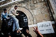 TUNISI. DUE MANIFESTANTI AGGRAPPATI ALLE GRATE DELLA FINESTRA DEL PALAZZO DEL PRIMO MINISTRO IN PIAZZA DELLA KASBAH