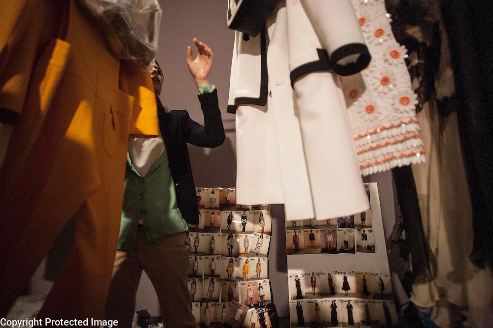 מאחורי הקלעים ב תצוגת האופנה של המעצב מוסקינו במסגרת שבוע האופנה ב מתחם התחנה ב נווה צדק<br /> <br /> שבוע אופנה<br /> תל אביב<br /> יום ראשון של תצוגות <br /> מוסיקינו