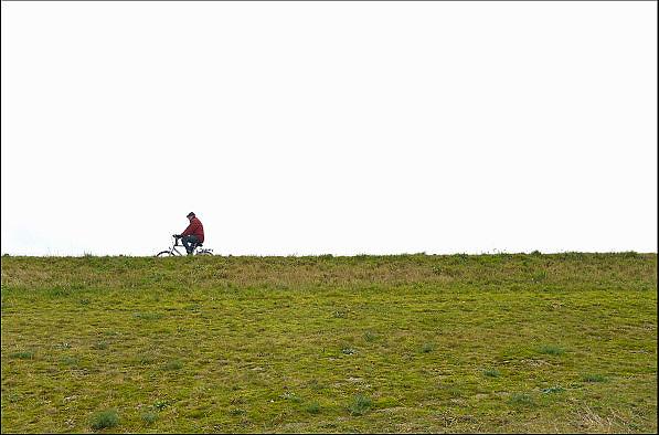Nederland, Ooijpolder, 27-12-2012Een man fietst alleen op de dijk langs de rivier de Waal.Foto: Flip Franssen/Hollandse Hoogte