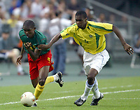 FOOTBALL - CONFEDERATIONS CUP 2003 - GROUP B - 030619 - BRASIL v KAMERUN- SAMUEL ETO'O (CAM) / JUAN (BRA) - PHOTO GUY JEFFROY / DIGITALSPORT