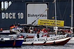 """Ein großes Bündnis aus Umweltschutzorganisationen und -initiativen hat sich erstmals zum Hamburger Hafengeburtstag zur Aktion """"gegenstrom.13"""" zusammengeschlossen. Mit einer einstündigen Blockade der Elbe im Kerngebiet des Hamburger Hafens hat """"gegenstrom.13"""" gegen die Inbetriebnahme des Kohlekraftwerks in HH-Moorburg protestiert. Gleichzeitig wurde auf die menschenunwürdigen Bedingungen beim Abbau der Kohle in Kolumbien aufmerksam gemacht. In Bogota fand zeitgleich ebenfalls eine Demonstration statt."""