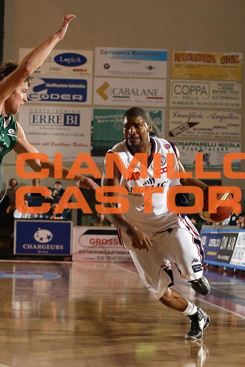DESCRIZIONE : Biella Lega A1 2006-07 Angelico Biella Montepaschi Siena <br /> GIOCATORE : Gaines <br /> SQUADRA : Angelico Biella <br /> EVENTO : Campionato Lega A1 2006-2007 <br /> GARA : Angelico Biella Montepaschi Siena <br /> DATA : 03/12/2006 <br /> CATEGORIA : Penetrazione <br /> SPORT : Pallacanestro <br /> AUTORE : Agenzia Ciamillo-Castoria/E.Pozzo