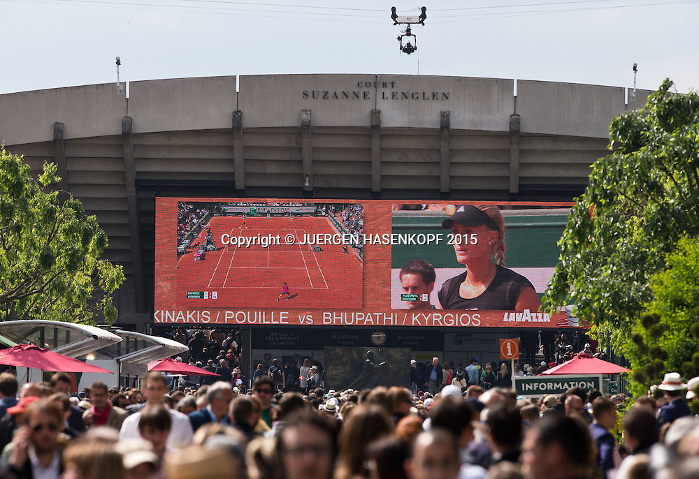 French Open 2015, Feature, Menschenmenge vor dem Court Suzanne Lenglen, Riesenmonitor,<br /> <br /> Tennis - French Open 2015 - Grand Slam ITF / ATP / WTA -  Roland Garros - Paris -  - France  - 26 May 2015.