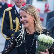 NLD/Enschede/20150318 - Prinses Beatrix en Prinses Mabel aanwezig bij uitreiking Prins Friso ingenieursprijs , Prinses Mabel krijgt bos witte rozen van een fan