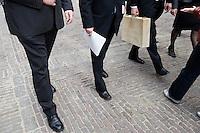 Nederland. Den Haag, 16 september 2008.<br /> Prinsjesdag.<br /> Minister Bos met het koffertje op weg naar de Tweede Kamer.<br /> Foto Martijn Beekman<br /> NIET VOOR PUBLIKATIE IN LANDELIJKE DAGBLADEN.