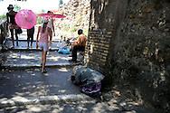 Roma 29 Luglio 2009.Una donna Rom chiede l'elemosina sulle scale vicino al Colosseo.<br /> Rome July 29, 2009<br /> A Roma woman asks for alms on  stairway right next to Colosseum