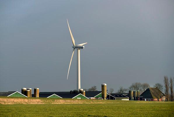Nederland, Friesland, 22-2-2018Windmolenpark bij de Afsluitdijk . Bij veel boerderijen staat een windmolen op het erf, eigen grond .Foto: Flip Franssen