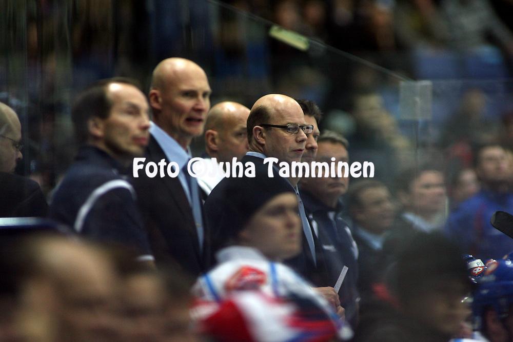05.11.2009, Hartwall-Areena, Helsinki..J??kiekon Euro Hockey Tour - Karjala-turnaus 2009 .Suomi - Ven?j?.Suomen kakkosvalmentaja Risto Dufva (keskell?) vaihtoaitiossa.©Juha Tamminen.