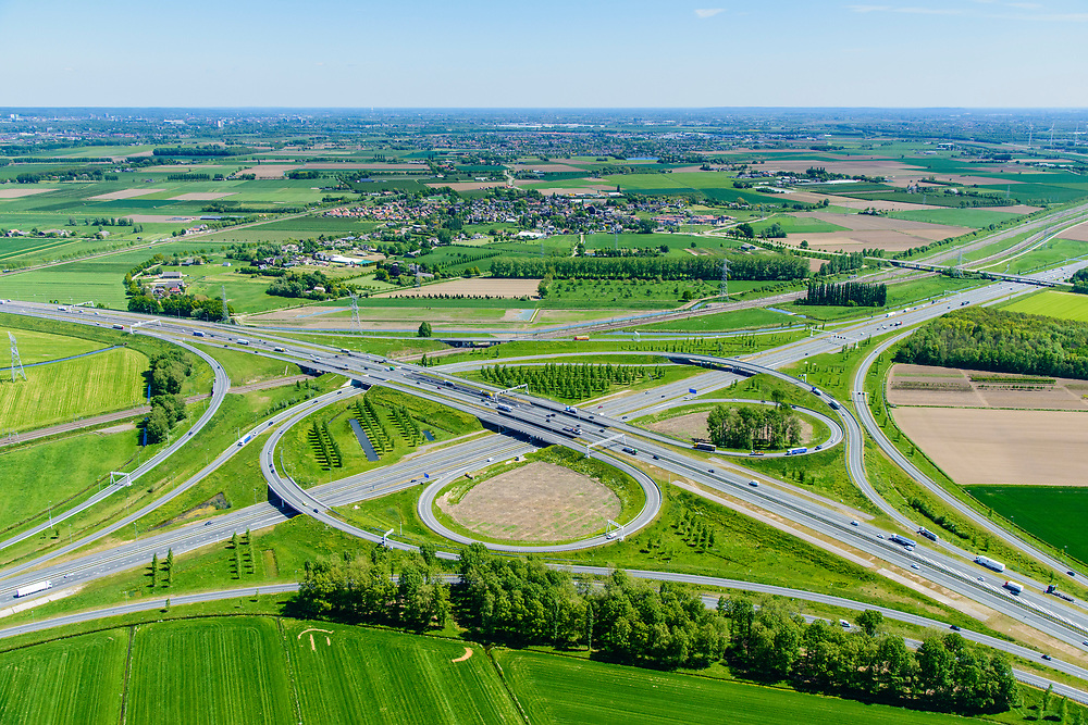 Nederland, Gelderland, Over-Betuwe, 13-05-2019; knooppunt Valburg. Kruising A50 en A15, infrabundel met Betuweroute.<br /> Valburg junction. Junction A50 and A15, infrastructure bundle with Betuwe Route.<br /> <br /> luchtfoto (toeslag op standard tarieven);<br /> aerial photo (additional fee required);<br /> copyright foto/photo Siebe Swart