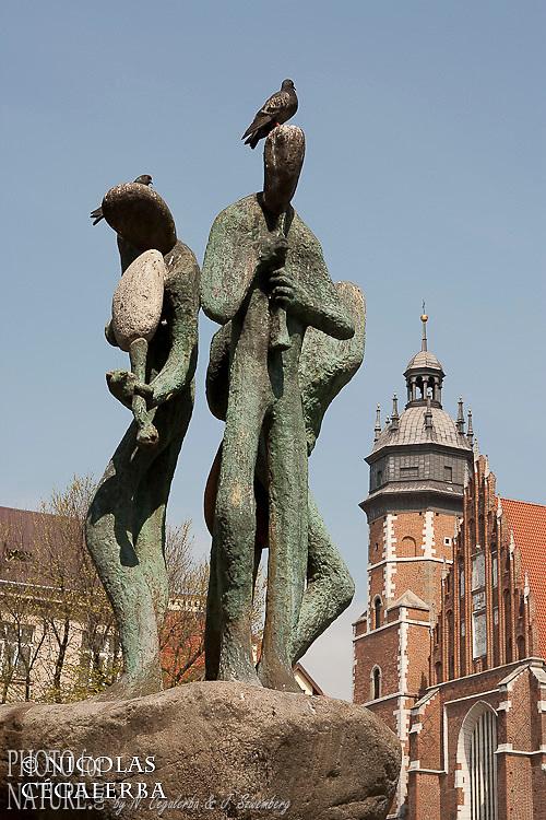 Statue sur la place Wolnica dans le quartier juif Kazimierz à Cracovie
