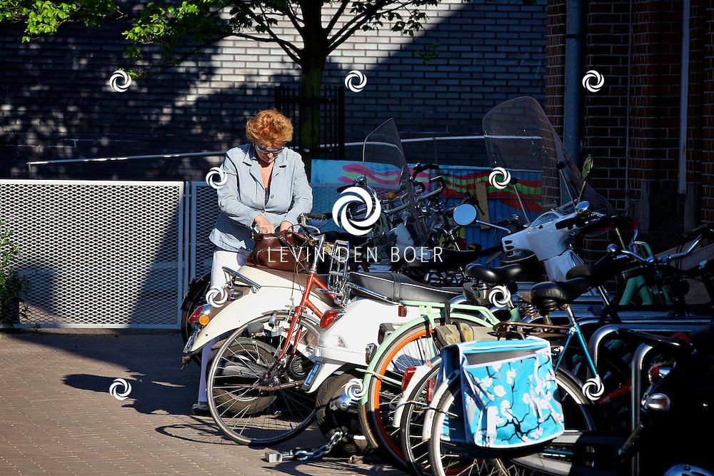 AMSTERDAM - In uitgaansgelegenheid Panama is de boek presenatie inclusief film van de Genootschap van Mendacium in premiere gegaan.  Met op de foto Pamela Teves die haar fiets op slot zet. FOTO LEVIN DEN BOER - PERSFOTO.NU