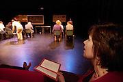 Kandidaat-voorzitter van het CDA Ruth Peetoom bekijkt een uitvoering van Kamak. Ruth Peetoom is op bezoek bij de theatergroep Kamak in Hengelo. Bij de theatergroep acteren verstandelijk gehandicapten en wordt onder meer via AWBZ betaald