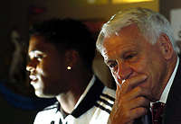 Fotball<br /> England 2004/05<br /> Newcastle<br /> Presentasjon av Patrick Kluivert<br /> 21. juli 2004<br /> Foto: Digitalsport<br /> NORWAY ONLY<br /> Newcastle manager Sir Bobby Robson (R) will hope that new signing Patrick Kluivert is the final piece in the jigsaw