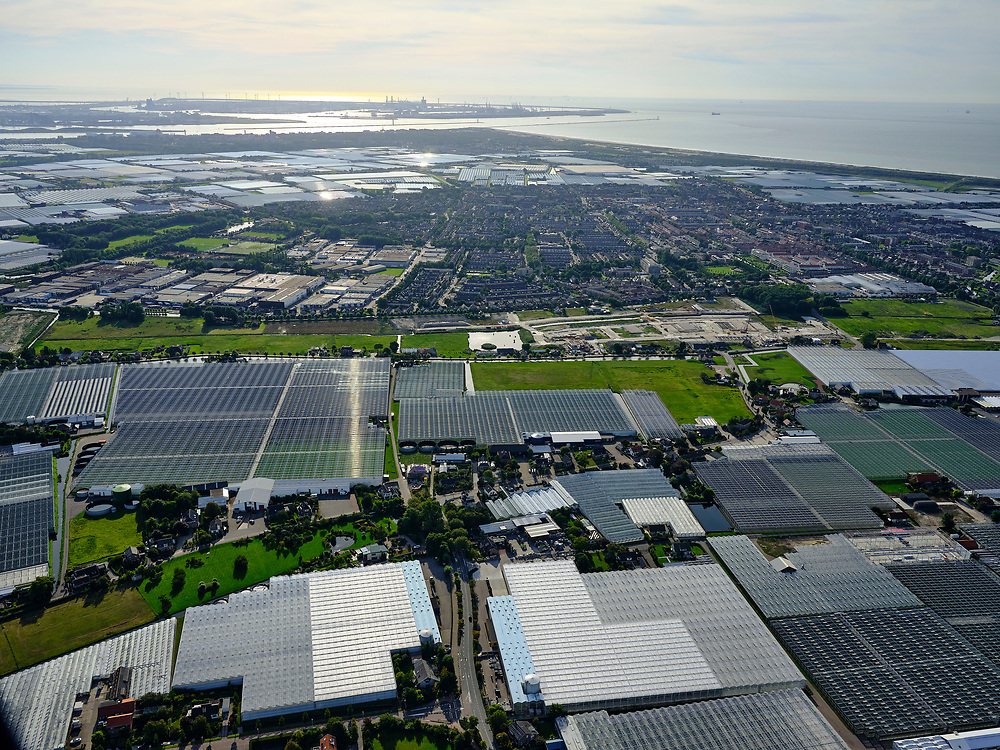 Nederland, Zuid-Holland, Gemeente Westland, 14-09-2019; Glazen stad, Kassengebied Westland, gezien naar 's-Gravenzande en Tweede Maasvlakte. Greenhouses area in the West of the Netherlands, the heart of the production of vegetables and fruit for export. Between The Hague and Rotterdam.<br /> <br /> luchtfoto (toeslag op standard tarieven);<br /> aerial photo (additional fee required);<br /> copyright foto/photo Siebe Swart