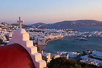Grece, les Cyclades, Iles Egéennes, Ile de Mykonos, Ville de Chora, eglise rouge, vue sur la vieille ville et le vieux port // Greece, Cyclades, Mykonos island, Chora, Mykonos town, red church above tyhe old town and the old harbour