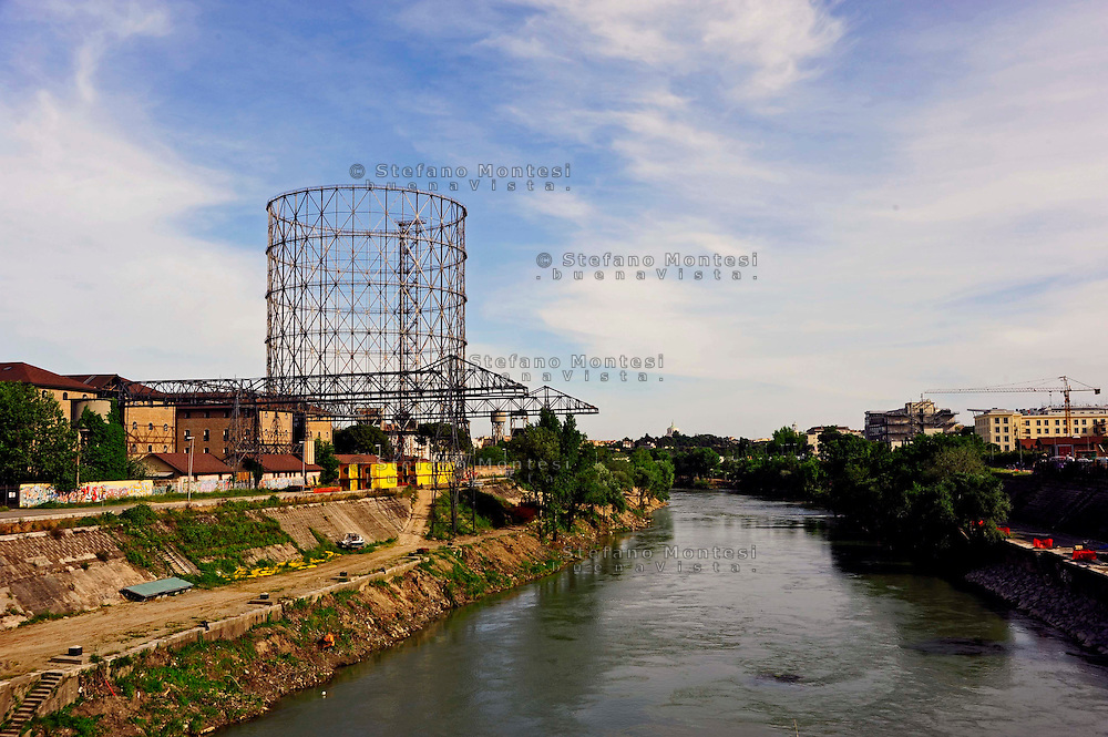 Roma 9 maggio 2009.Il Gazometro e il fiume Tevere al Quartiere Ostiense.The Gazometro and the river Tiber in the Ostiense district