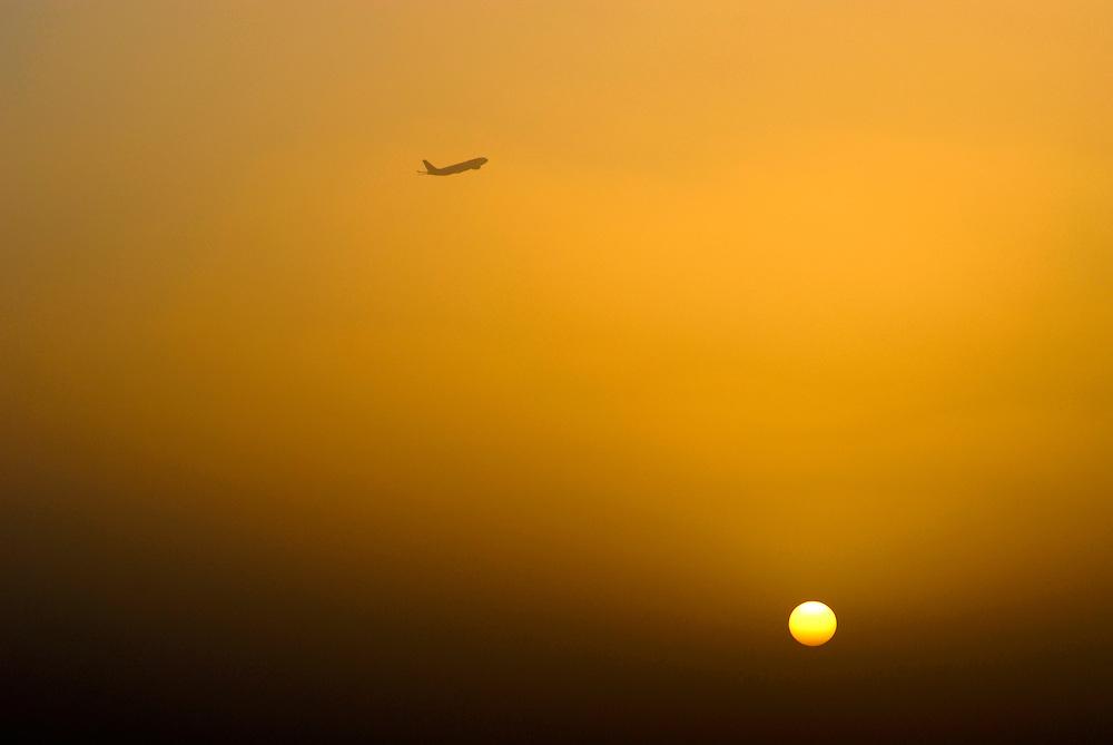 Flugzeug startet in den untergehende Sonne |  plane takes off at sunset   |