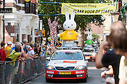 Nijntje rijdt voorop in de reclamecaravaan door de Zadelstraat. In Utrecht is de tweede etappe vanTour de France van start gegaan.<br /> <br /> In Utrecht the second stage of the Tour de France has started