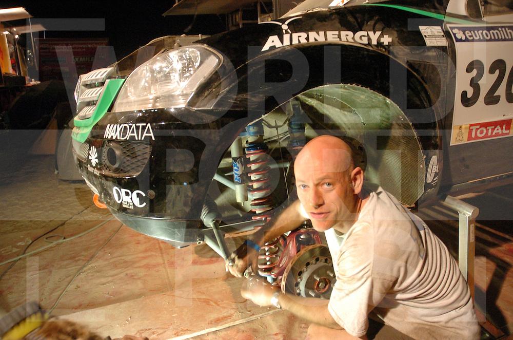 Rally Lissabon-Dakar 2006:..Bivak werk..Nouochat Restday..Fox..fotografie frank uijlenbroek©2006 frank uijlenbroek..