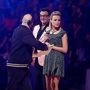 NLD/Hilversum/20130202 - 6de liveshow Sterren Dansen op het IJs 2013, aanwijzingen van de productieleider voor Gerard Joling en Tess Milne