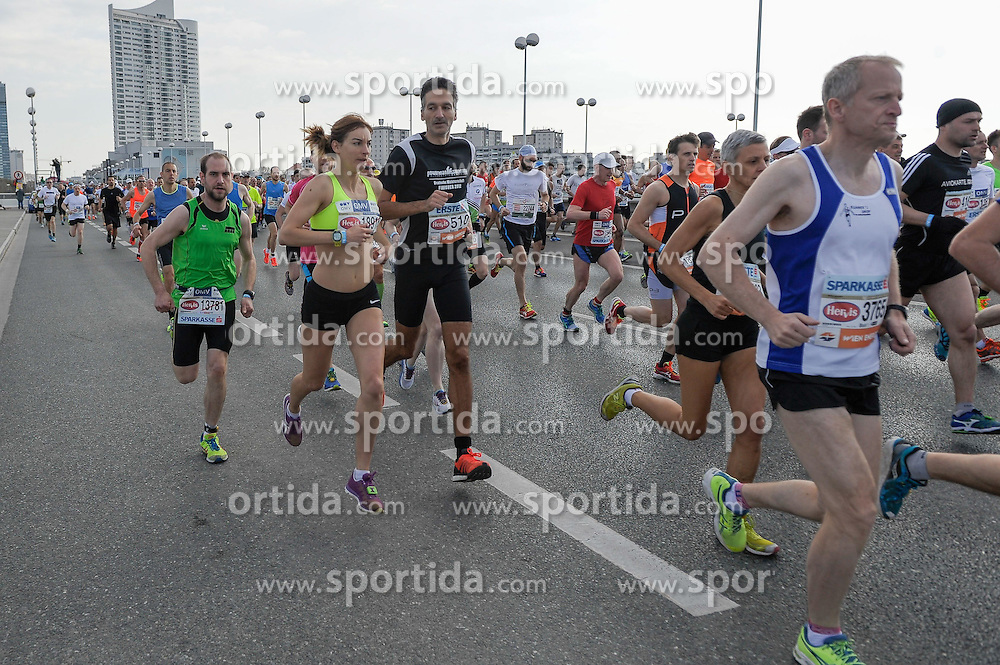12.04.2015, Wien, AUT, Vienna City Marathon 2015, im Bild das Hauptfeld, Feature // during Vienna City Marathon 2015, Vienna, Austria on 2015/04/12. EXPA Pictures © 2015, PhotoCredit: EXPA/ Gerald Dvorak