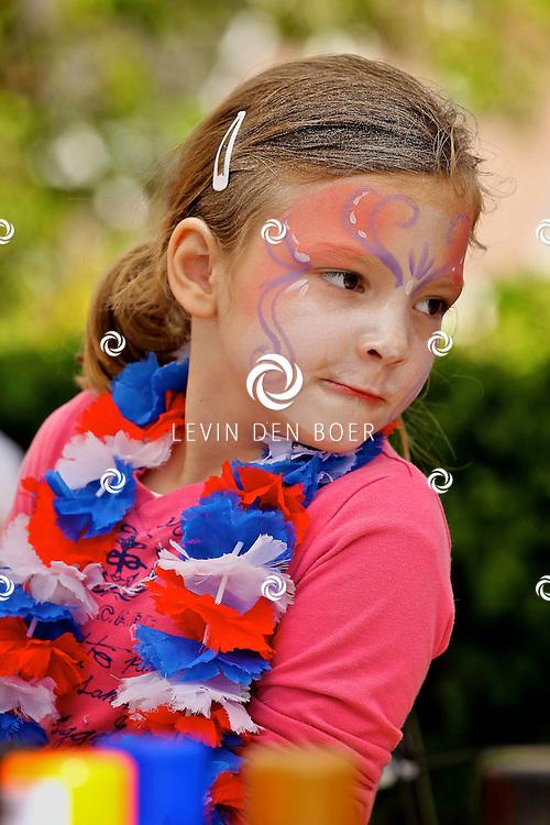 WELL - Koninginnedag 2012 in Well met diversen kinder activiteiten zoals vrijmarkt, sminken, spelletjes, Muziek en schilderen. FOTO LEVIN DEN BOER - PERSFOTO.NU